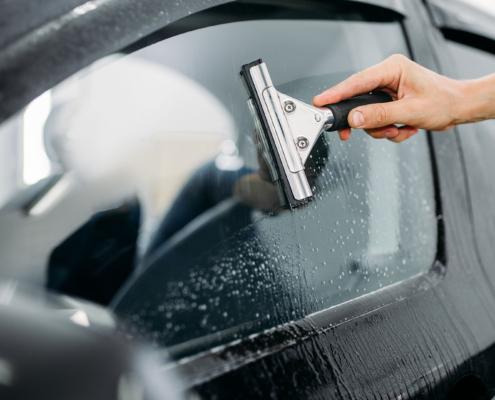 Ką verta žinoti apie automobilių stiklus, jų keitimą bei įdaužų remontą